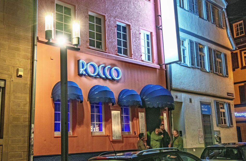 Die Fassadenfarbe der im Oktober 2019 eröffneten Bar Rocco am Leonhardsplatz ist ein Signal: Frisch und  fröhlich soll's in der Altstadt zugehen. Doch die Stadt ist von der Farbe nicht begeistert. Das letzte Worte darüber ist noch nicht gesprochen. Foto: Lichtgut/Oliver Willikonsky