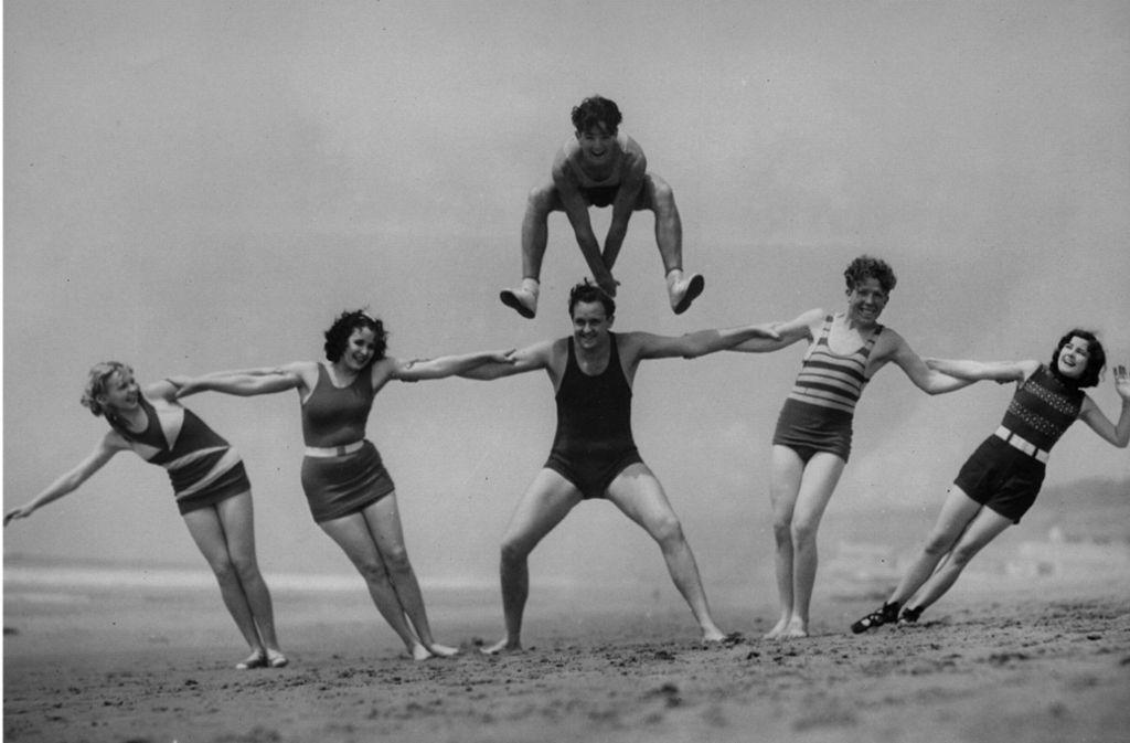 Ja nicht zu viel Haut, bitteschön! Züchtig war die Bademode in den 30er Jahren. Männer trugen Badeanzüge und Frauen Badekleider. Foto: Hulton Archive