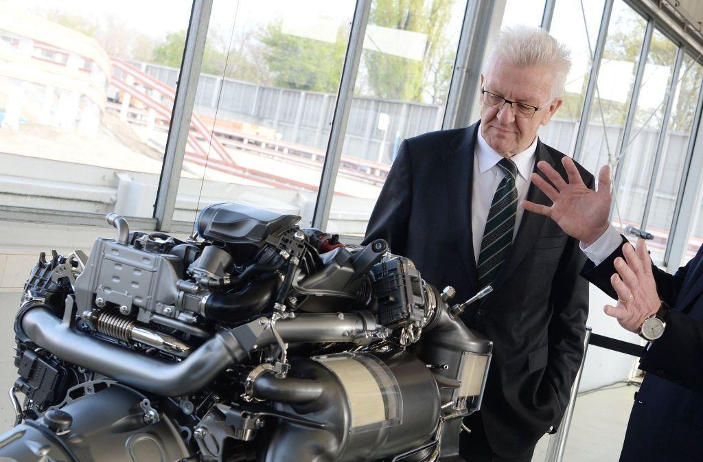 Da fehlt freilich noch ein wenig zum fahrbaren Untersatz, doch Ministerpräsident Kretschmann steht auf den Diesel. Privat hat er sich eben einen neuen zugelgt, so Kretschmann in einem Interview. (Archivfoto) Foto: dpa