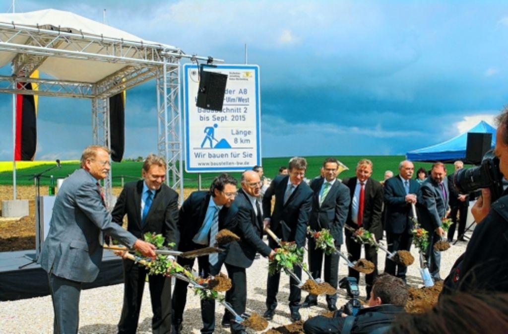 Spatenstich zur Neubaustrecke: auch Minister Hermann (4. von links) hat neulich zur Schaufel gegriffen. Foto: Bäßler