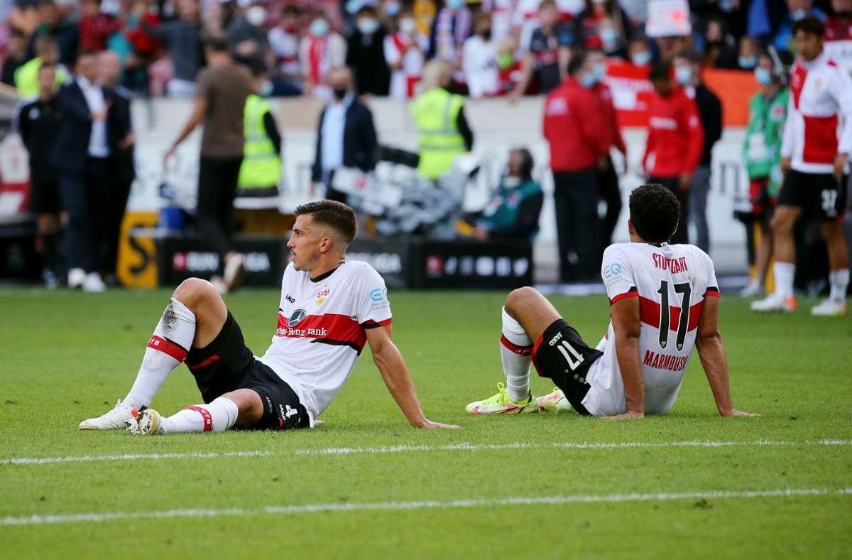 Erschöpft und enttäuscht: Die VfB-Profis Marc Kempf (li.) und Omar Marmoush  nach der Niederlage gegen Leverkusen Foto: Baumann/Julia Rahn
