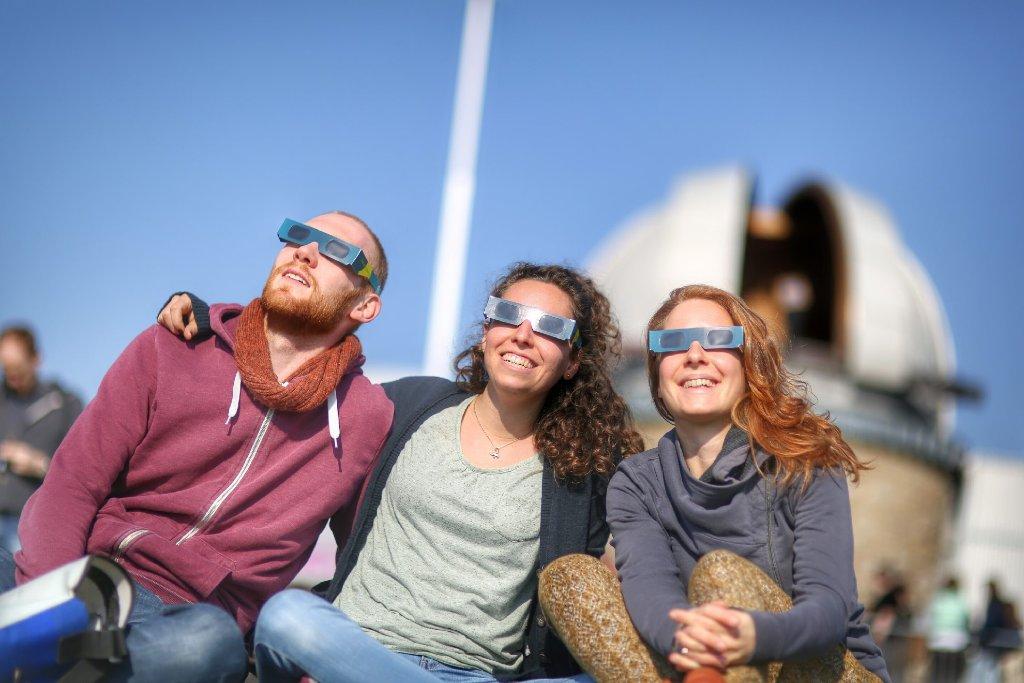 An der Sternwarte auf der Stuttgarter Uhlandshöhe herrschte am Freitag bei bester Sicht auf die Sonnenfinsternis Hochbetrieb und Partystimmung. Foto: www.7aktuell.de | Robert Dyhringer
