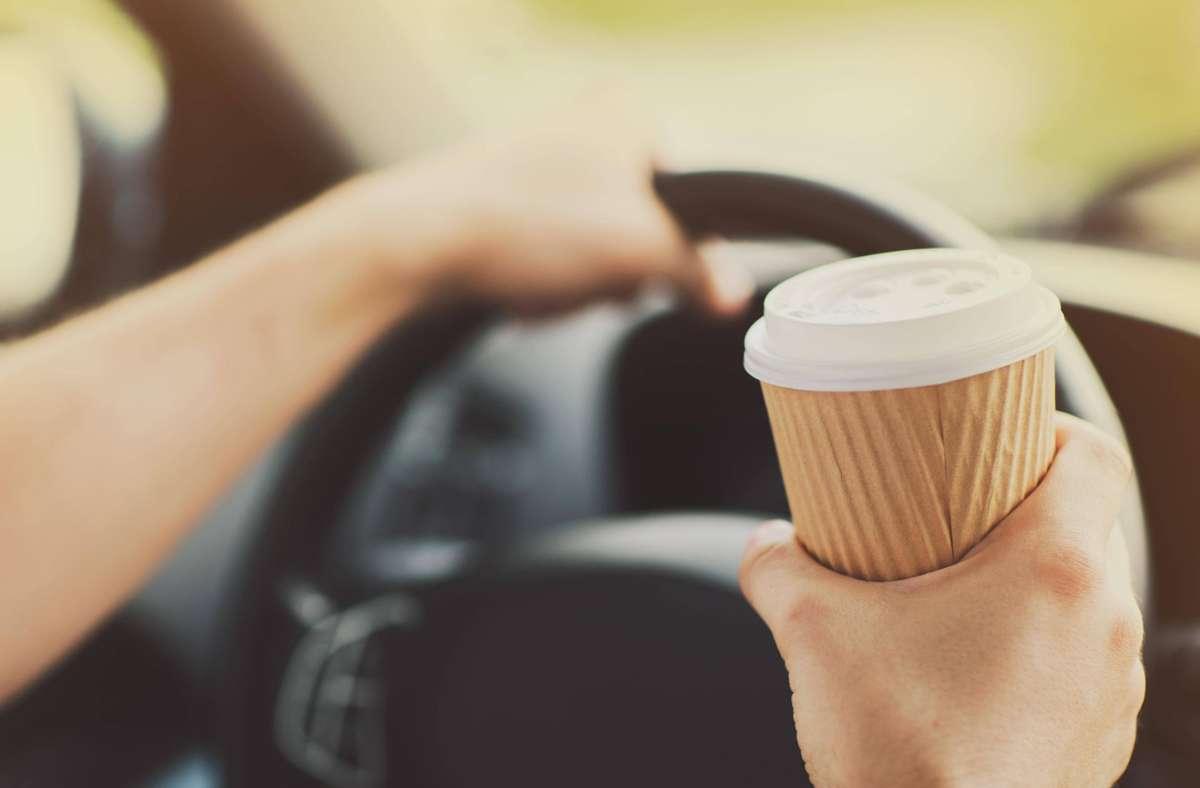 Ein Schluck Kaffee ist einem 50-Jährigen auf der A81 zum Verhängnis geworden. (Symbolbild) Foto: imago images / Panthermedia/dolgachov