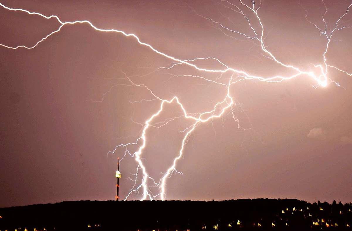 Das Foto aus dem Jahr 2017 zeigt Blitze, die über Stuttgart zucken. Auch am Wochenende ist mit Gewittern zu rechnen. (Archivbild) Foto: dpa/Andreas Rosar