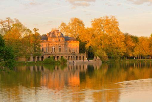 Fast schon mystisch, dieses Licht, in das das zauberhafte Schloss Favorite am Monrepos-See bei Ludwigsburg getaucht ist.