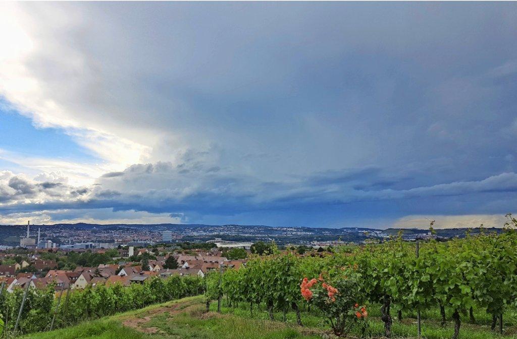 Hier in Stuttgart-Luginsland ist es am Mittwochnachmittagtrocken geblieben. Der Blick auf die Gewitterwolke über Leonberg ist dafür umso eindrücklicher. Foto: Peter Holzhauser