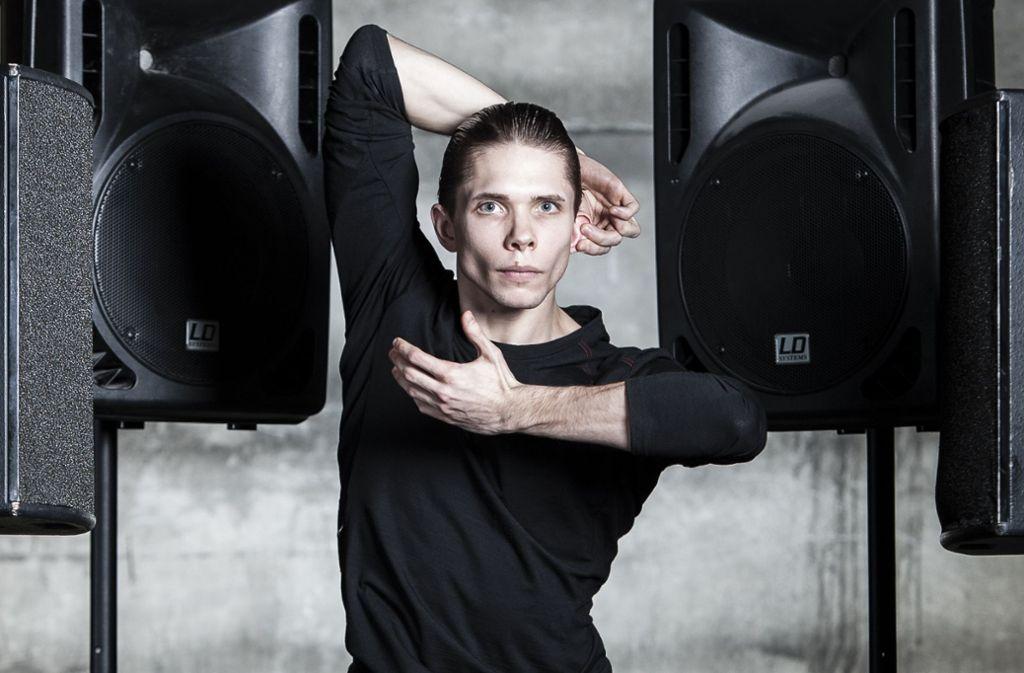 Eine Gedichtzeile von Georg Trakl macht dem Tänzer Louis Stiens Mut, bevor der auf die Bühne geht. Foto: Studio Pro
