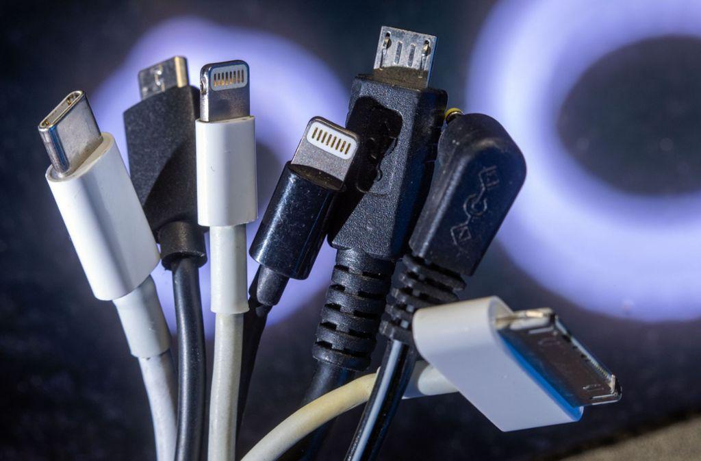 Lightning, Micro-USB oder USB-C? Künftig sollen  Hersteller einheitliche Ladebuchsen verwenden müssen. Foto: dpa/Jens Büttner