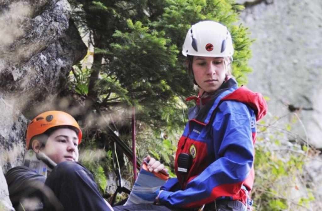 Wie rettet man einen Verletzten aus steilem, schwer zugänglichem Gelände? Annika Stoll übt für den Ernstfall. Foto: EV