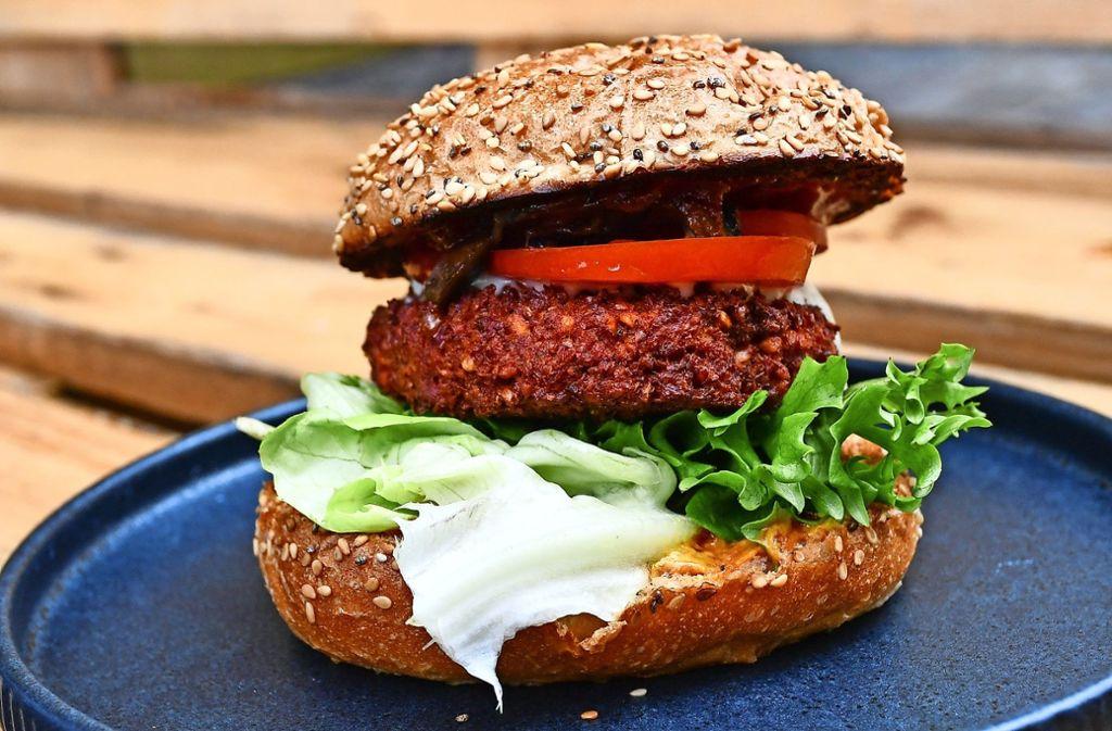 Burger gibt es auch in großer Auswahl ohne Fleisch.  Die Umstellung auf eine vegetarische Ernährung scheint heute so leicht wie nie. Foto: dpa-Zentralbild