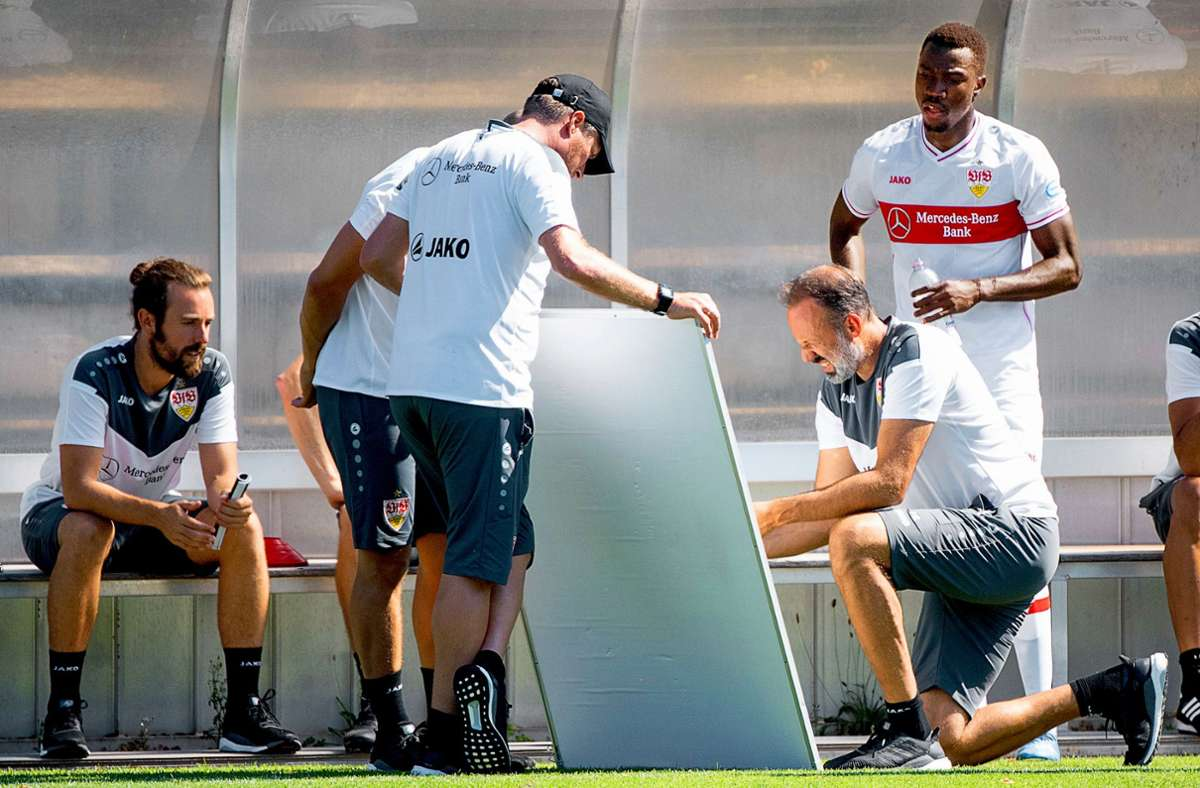 Der VfB-Trainer Pellegrino Matarazzo (rechts) erstellt für die Stuttgarter den Match- und Reiseplan. Foto: dpa/Sebastian Gollnow