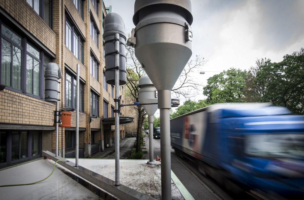 Eine Luftmessstelle in Stuttgart: In der zweiten März-Hälfte fuhren dort deutlich weniger Autos vorbei. CDU und FDP wundern sich, dass die Luftbelastung nicht stärker abnahm. Foto: /Foto: Achim Zweygarth