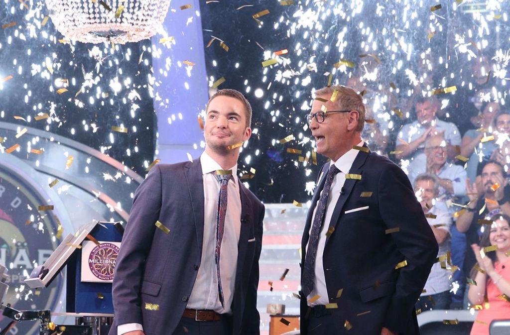 Der Jurist Jan Stroh (links) verlässt Günther Jauchs (rechts) Sendung als frisch gebackener Millionär. Foto: dpa