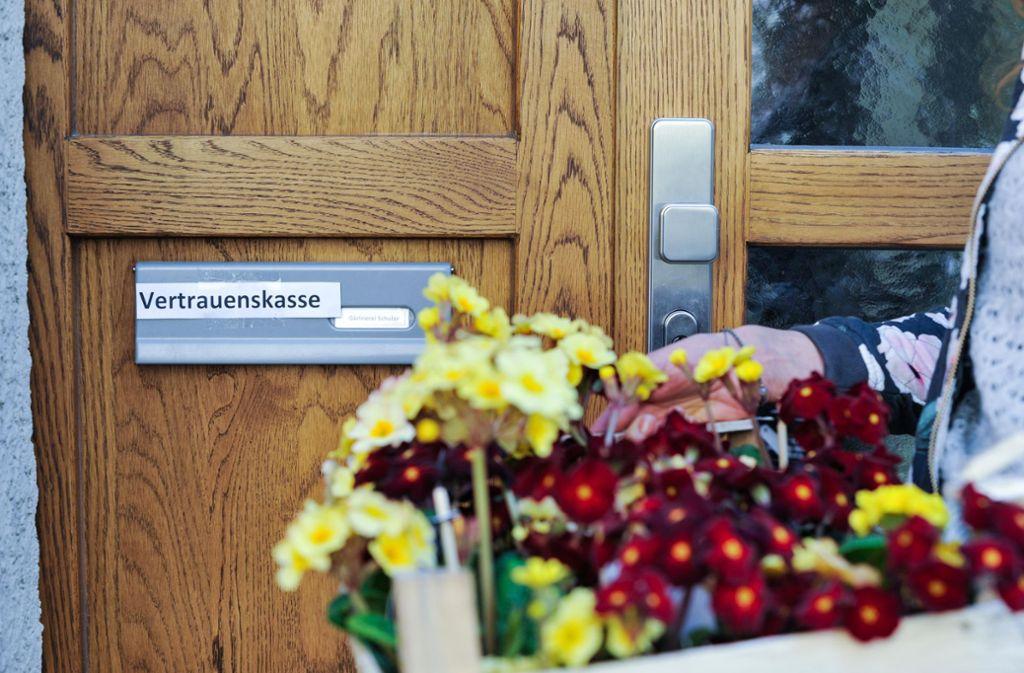 Zwar haben Blumengeschäfte nicht mehr geöffnet, doch man darf vor der Ladentür Pflanzen, Blumen und Kräuter mitnehmen und das Geld in eine Kasse werfen. Foto: Max Kovalenko