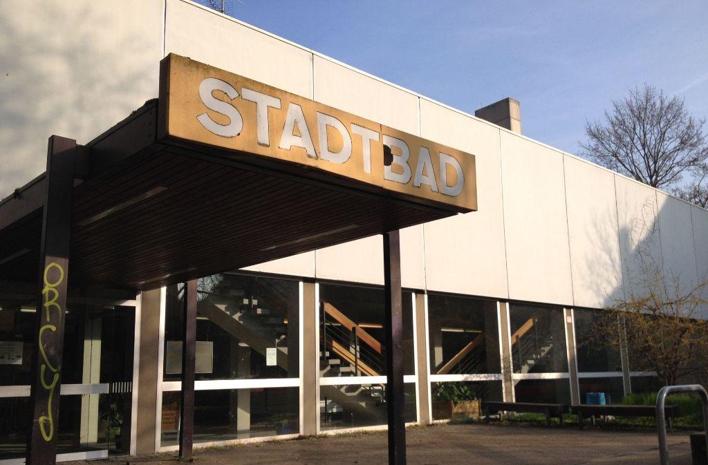 Viel spricht dafür, das Stadtbad in Cannstatt bald zu schließen – aber es gibt Stimmen, die diese Kapazität nach wie vor für notwendig halten, auch wenn im Neckarpark ein neues Sporthallenbad steht. Foto: Julia Barnerßoi