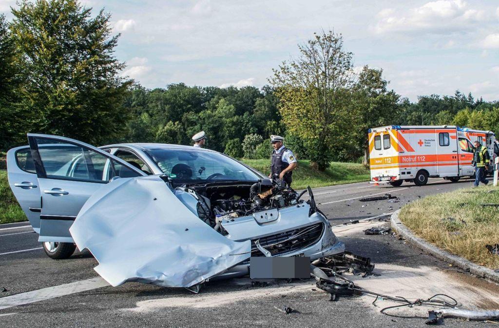 Der Peugeot musste nach dem Unfall abgeschleppt werden. Foto: SDMG