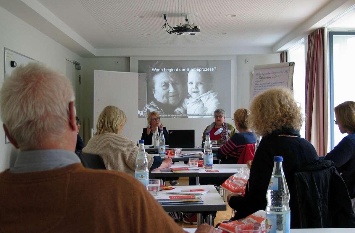 Die Referentinnen Christine Pfeffer (hinten links) und Monika Fingerle sprechen mit den Teilnehmern über viele Themen, die mit dem Tod zusammenhängen. Foto: Susanne Müller-Baji/Susanne Müller-Baji