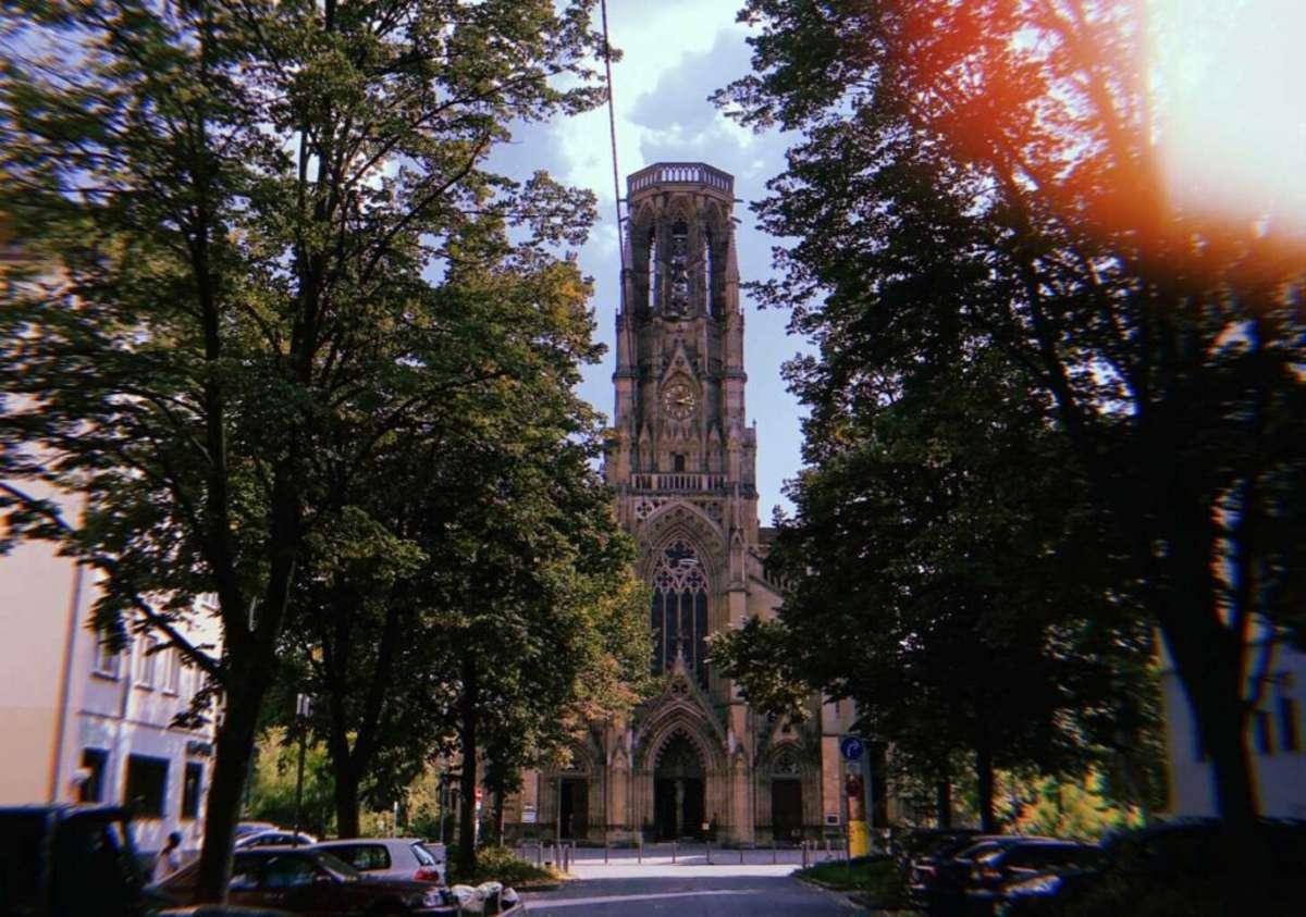Unser Happy Place, aber vor allem die Johanneskirche am Feuersee erinnert an Notre Dame in Paris. Foto: Tanja Simoncev