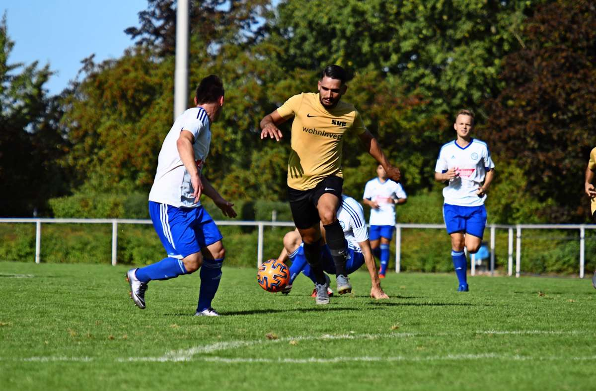 Firat Kaya (Bildmitte) ist neu beim SV Fellbach und zeigt bei seinem ersten Einsatz in der Startformation eine kämpferische Vorstellung, bleibt aber torlos. Foto: Maximilian Hamm