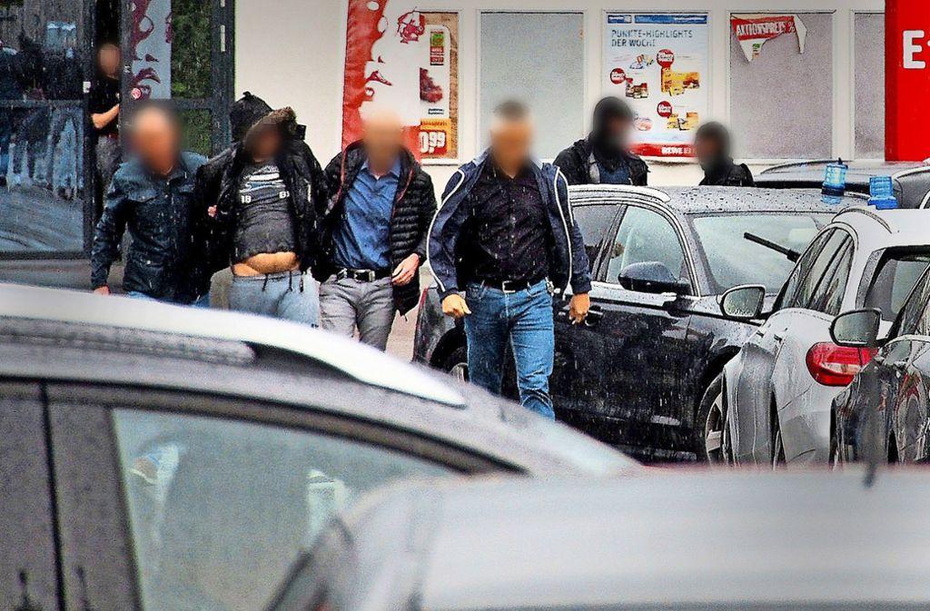 Zivilkräfte der Polizei nehmen vor einem Supermarkt im südlichen Breisgau den Hauptverdächtigen fest. Foto: dpa