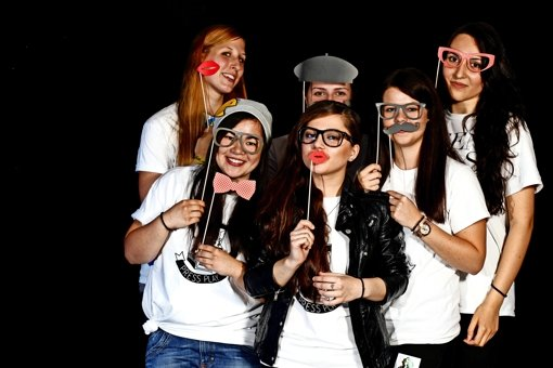 Sarah Halasz, Carolin Reising, Andrea Târnoveanu, Enkeleda Taqui, Lara-Christin Rall und Angelina Polanyi (von links) machen aus Selfies Postkarten. Foto: