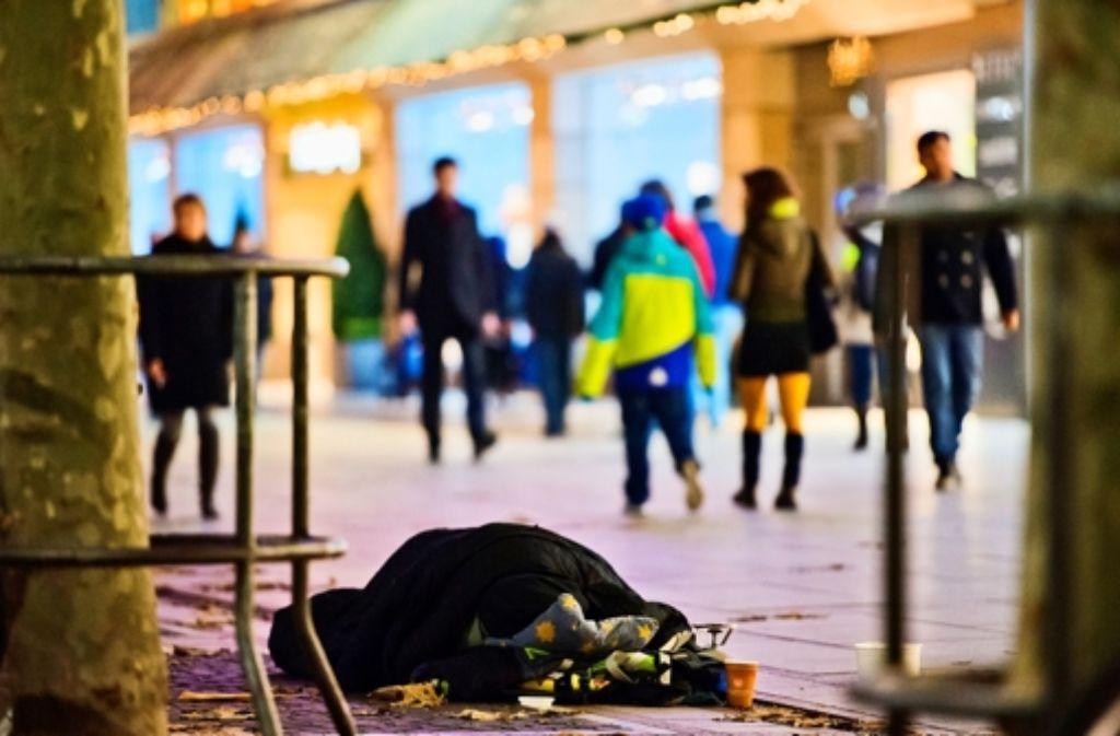 """In den Wintermonaten versorgt der Verein """"Helfende Hände"""" Stuttgarter Obdachlose mit Kleidung, Essen oder auch Hygieneartikeln. Foto: dpa"""