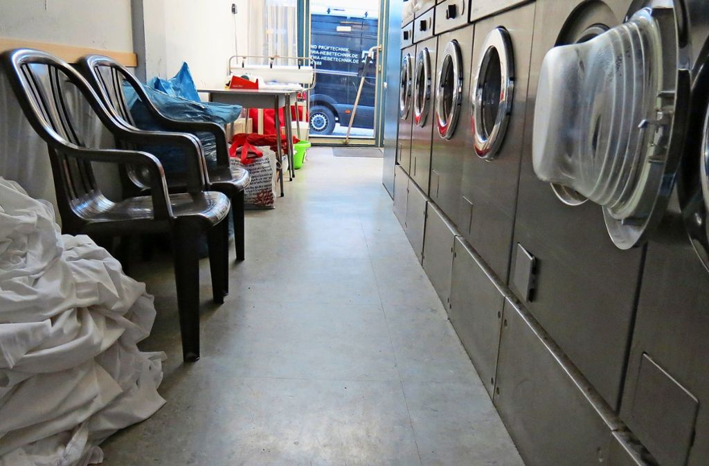 Wer möchte, kann auf einem der Plastikstühle Platz nehmen und seiner Wäsche beim Rundendrehen zuschauen. Das machen allerdings nur wenige. Foto: Judith A. Sägesser
