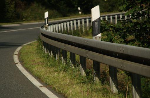 Laster verliert Öl, Motorradfahrer stürzt
