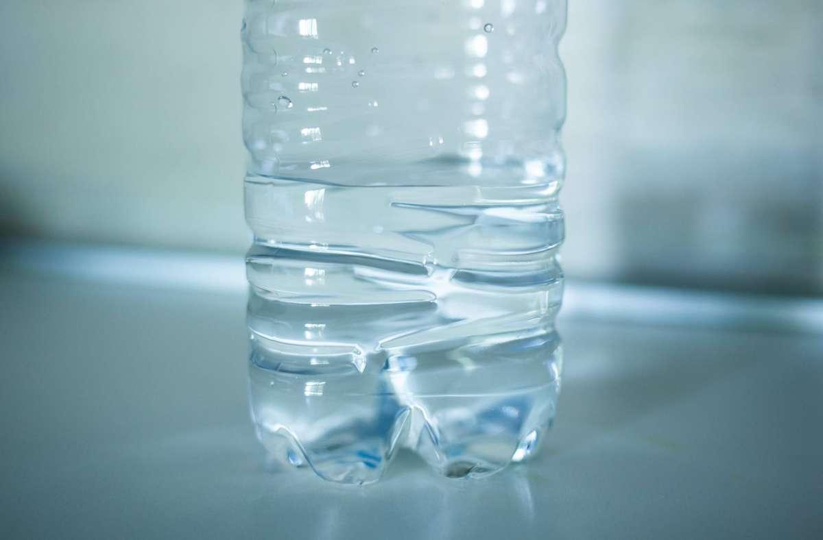 Stiftung Warentest hat  Mineralwasser untersucht. Foto: imago images/CHROMORANGE/CHROMORANGE / Antonio Gravante via www.imago-images.de
