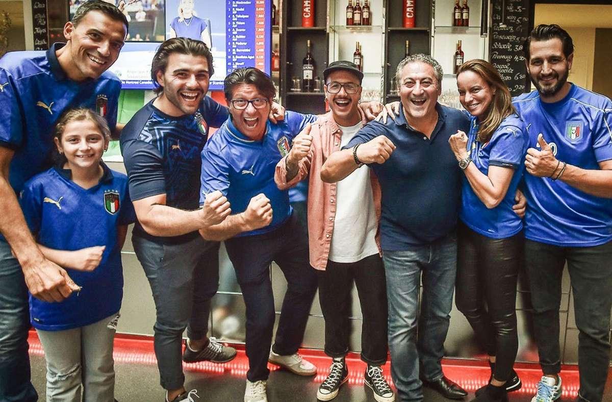 Piero Cuna (mit Italientrikot in der Mitte) mit Geschäftspartner Luigi Aracri (dritter von rechts) und Freunden. Foto: Ferdinando Iannone