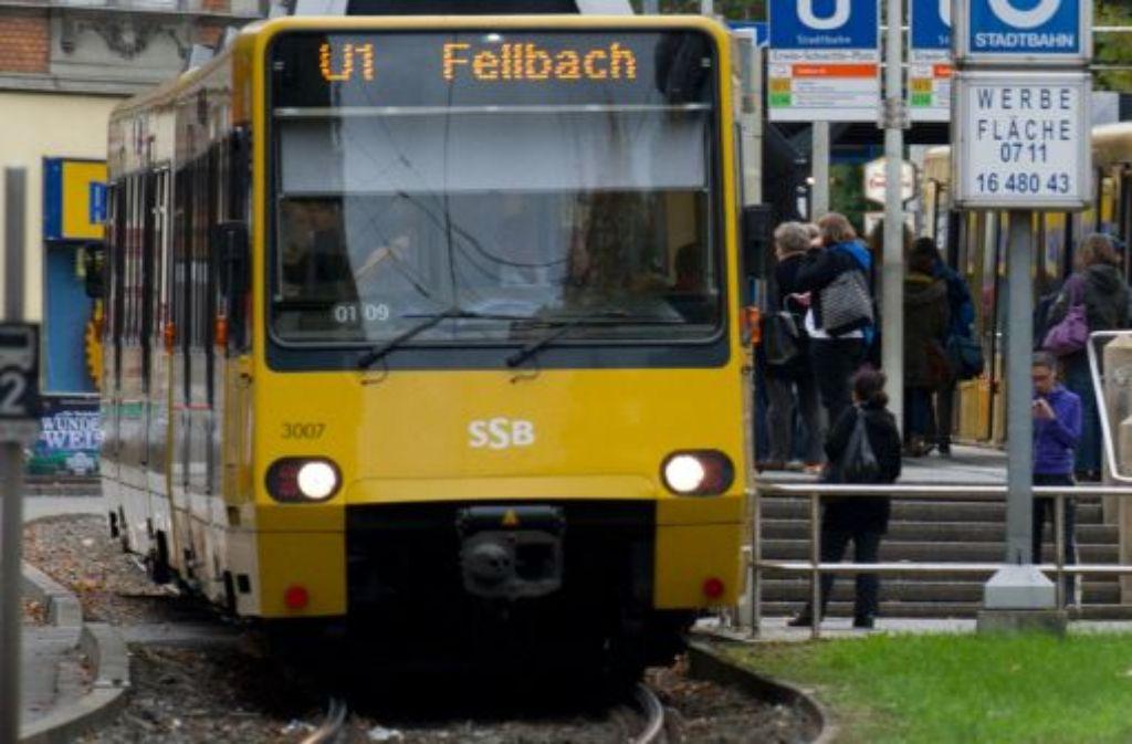 Unbekannter bespuckt und schlägt in der Stadtbahn U1 in Stuttgart gehbehinderten Mann. Foto: dpa