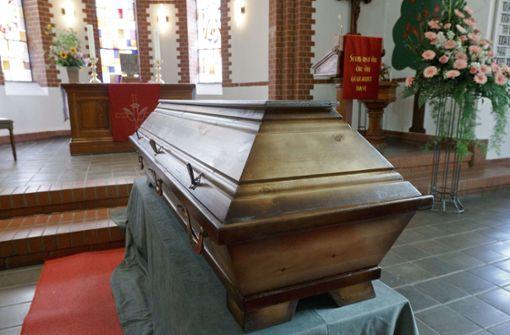 Kretschmann rechtfertigt strenge Corona-Regeln für Trauerfeiern