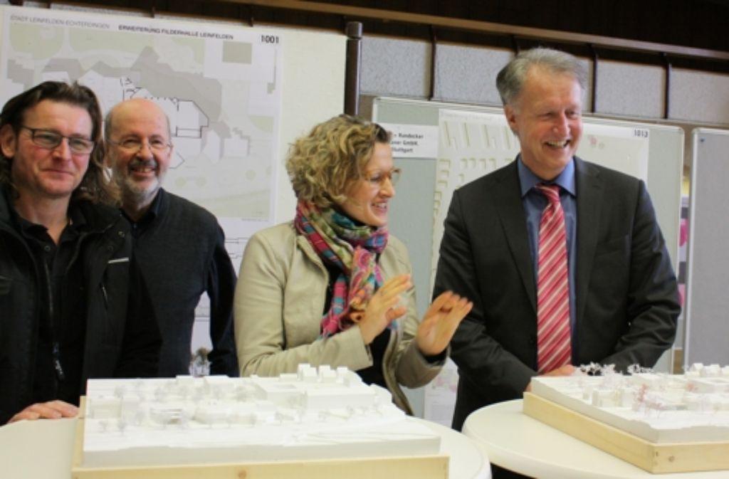 Bürgermeisterin Eva Noller, Oberbürgermeister Roland Klenk und Stadträte präsentieren die zwei zweite Preisträger. Foto: Natalie Kanter