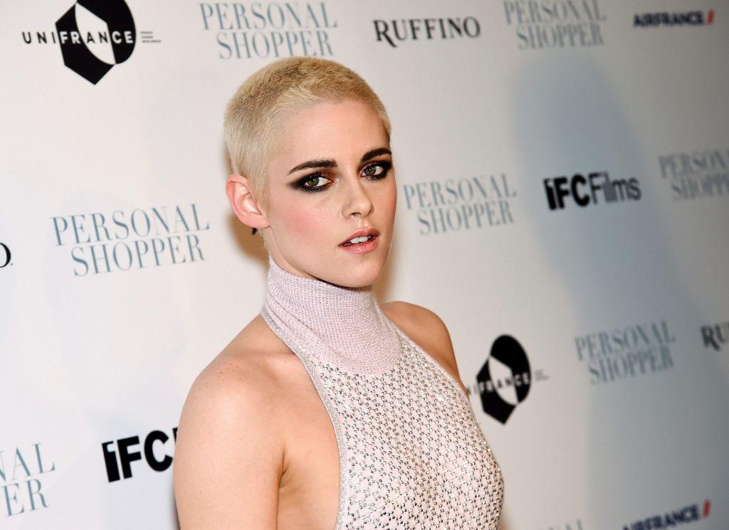 """Kurze, blondierte Haare bei Frauen scheinen in den USA gerade schwer in Mode zu sein. Schauspielerin Kristen Stewart (""""Twilight"""") rasierte ihre dunklen Haare bis auf wenige Zentimeter ab und blondierte den Rest. Foto: AP"""