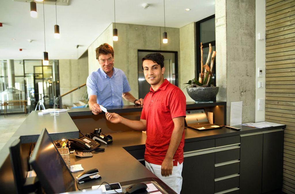 Der Hotelfchef Michael Leibinger (links) hält große Stücke auf seinen Lehrling Basir Sediqi. Foto: Andreas Brücken