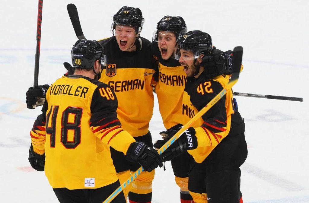 Das Nationalteam feiert mit Olympia-Silber den größten Erfolg der deutschen Eishockey-Geschichte. Foto: dpa