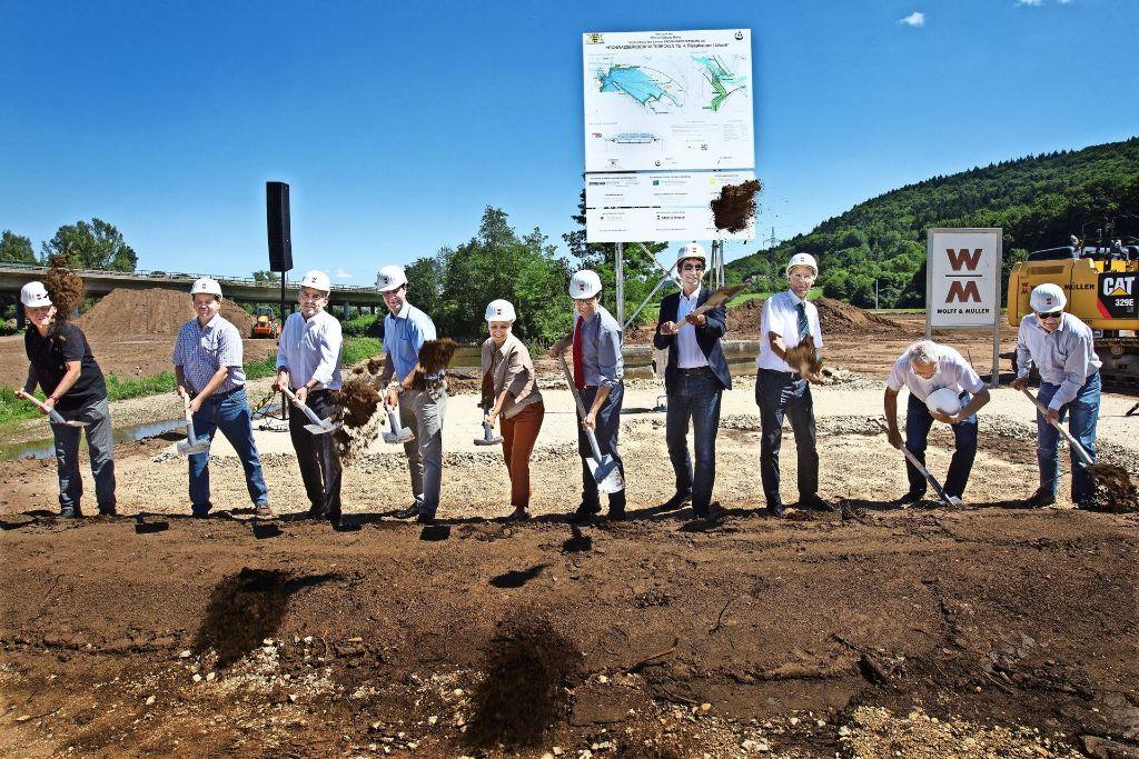 Politiker und Beteiligte haben in Urbach symbolisch den Spaten geschwungen. Foto: Rudel