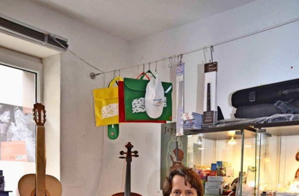 Der Cellist Uriel Stülpnagel in seinem Ladengeschäft an der Libanonstraße. Foto: Fatma Tetik