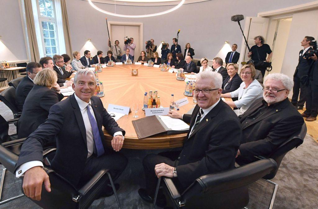 Thomas Strobl (li.) und Winfried Kretschmann (Mi.) am Kabinettstisch in der Villa Reitzenstein. Foto: dpa