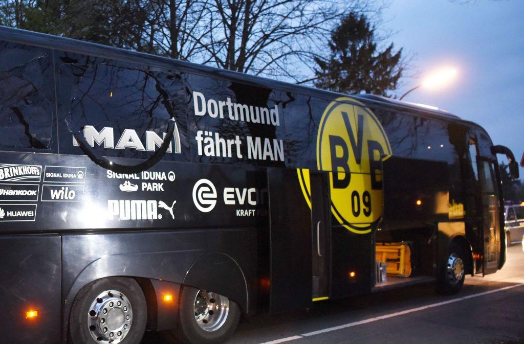 Der Dortmunder Bus wird kurz nach dem Anschlag am 11. April. Foto: AFP
