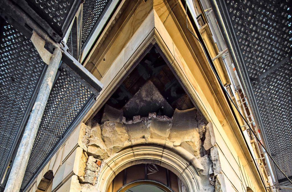 Zeugnisse nobler Vergangenheit: Der Eingang zum Hotel Silber mit wiederentdeckter Sandsteinfassung und  der  Empfangssaal mit prächtigen Säulen Foto: Lichtgut/Christoph Schmidt