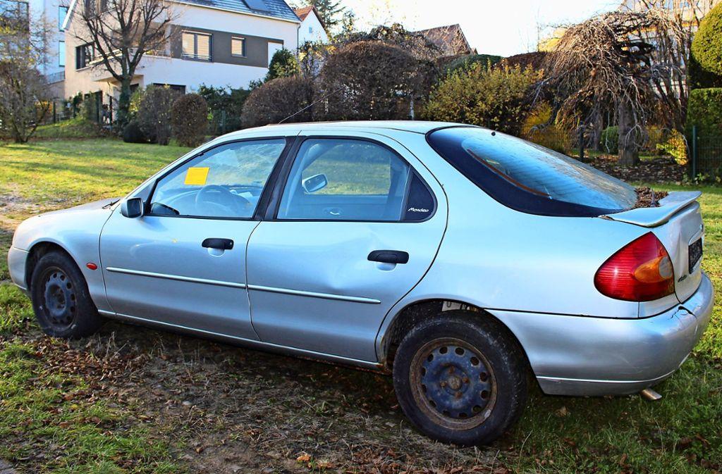 Das schrottreife Auto ist bei der Polizei bekannt. Nicht aber der Halter. Foto: C. Holowiecki
