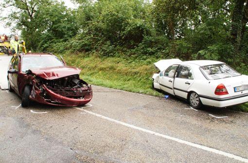 Zwei Schwerverletzte bei Unfall auf regennasser Fahrbahn