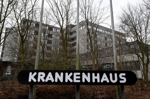 Jugendliche zünden Krankenhausfassade an