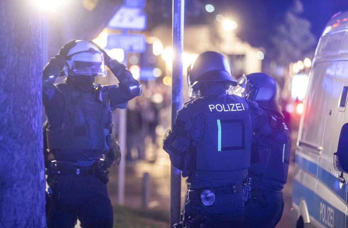Polizeieinheiten sammeln sich am Samstagnacht in Stuttgart, um gegen Randalierer vorzugehen. Foto: dpa/Simon Adomat