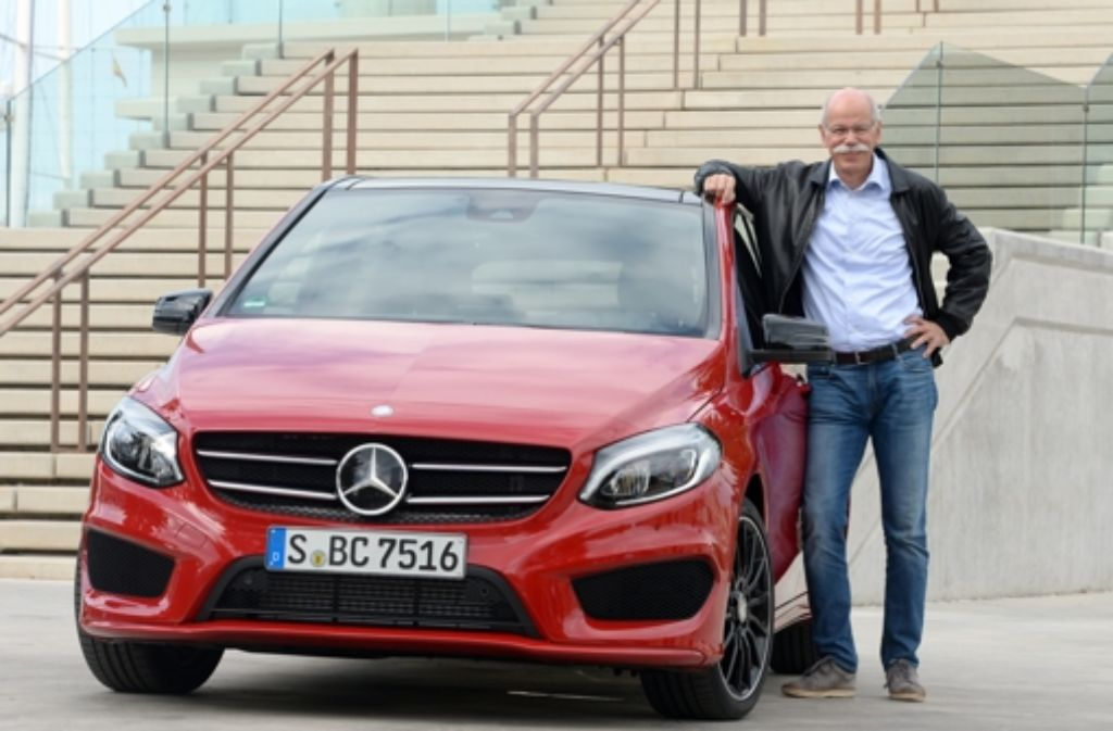 Daimler-Chef Dieter Zetsche neben einer Mercedes B-Klasse. Die Batterien für den Elektroantrieb will Daimler künftig selbst herstellen. Foto: dpa