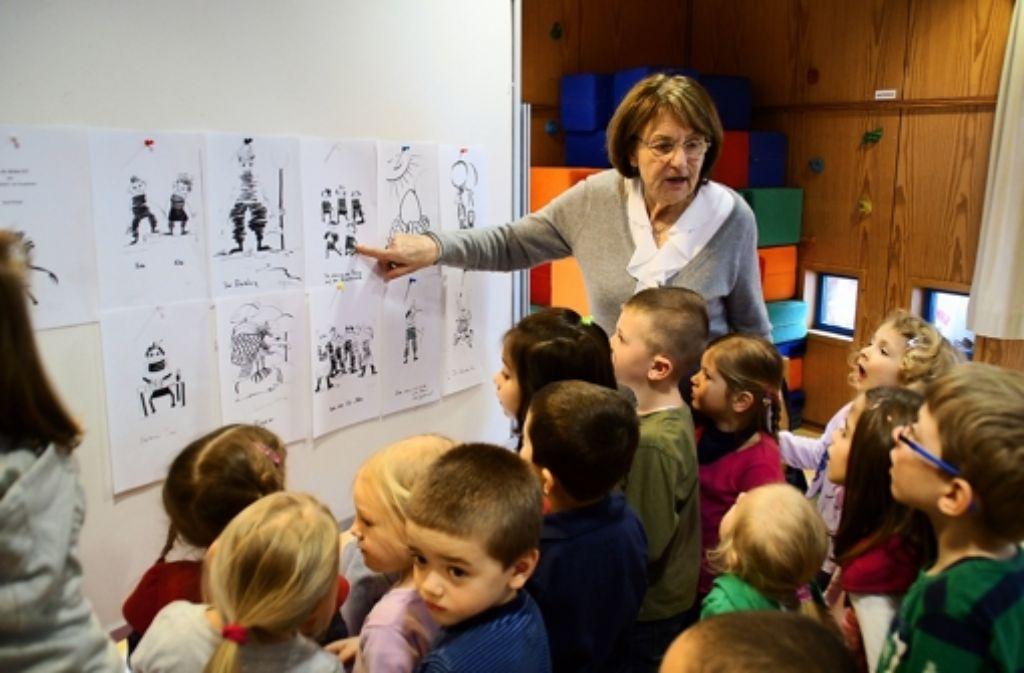 Sigrid Ramge zeigt Kindern Bilder aus ihrem Manusklript. Foto: Leonie Hemminger