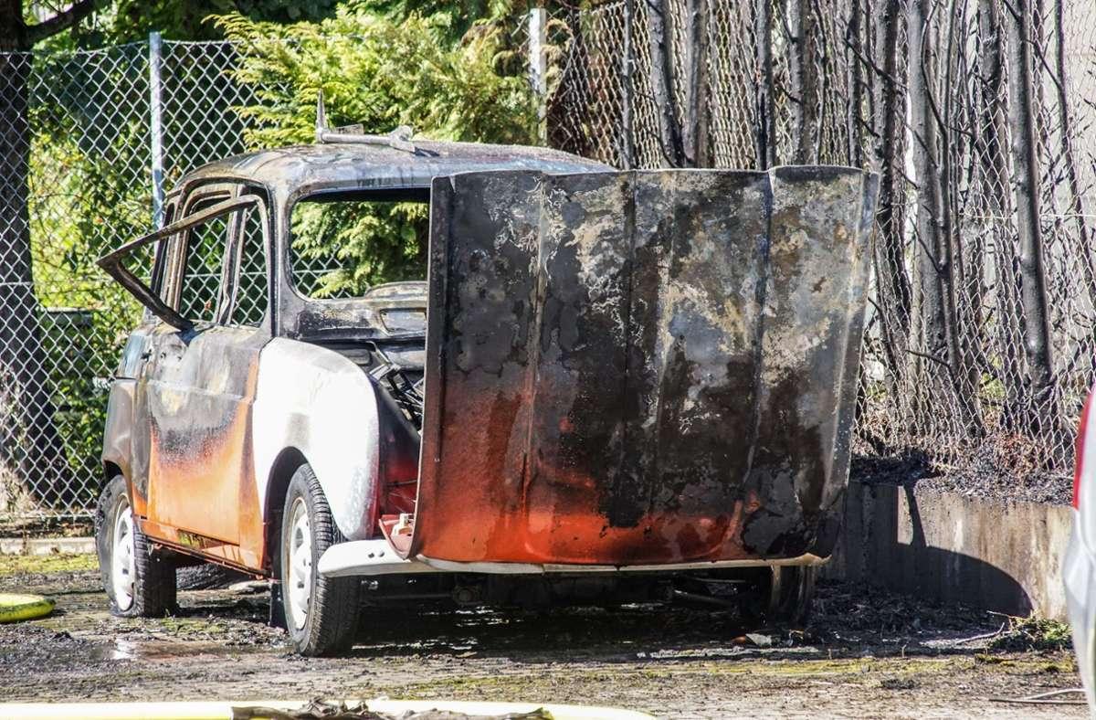 Der Oldtimer ist völlig abgebrannt, das Unkraut eher nicht. Foto: SDMG/ Dettenmeyer