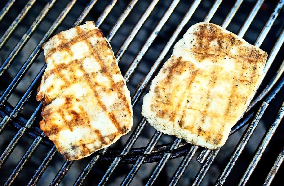 Zyperns Exportschlager Halloumi ist als fleischlose Alternative beim Grillen beliebt. Foto: dpa/Christoph Schmidt