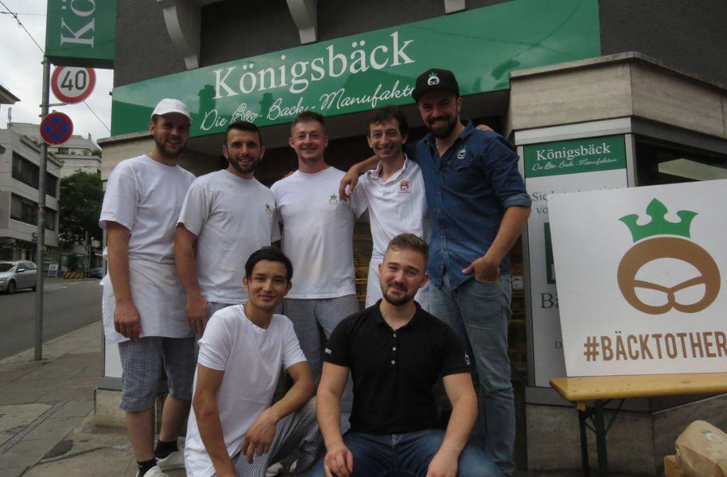 Francesco Ingrassia (hinten rechts im blauen Hemd und Käppi)  und sein Königsbäck-Team. Foto: Caroline Friedmann